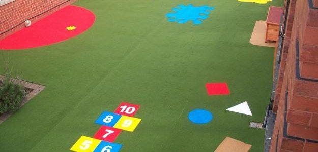 Césped sintético colorido para espacios infantiles