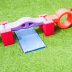 Conozca las razones para comprar césped sintético para playground