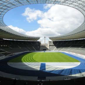 Quais estádios do mundo utilizam grama sintética?