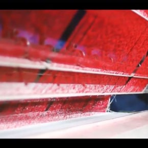 Césped sintético rojo en el Onésio Brasileiro Alvarenga