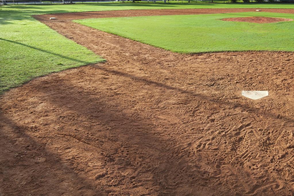 Campo de baseball com grama artificial