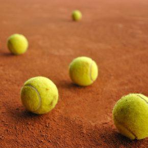 Como escolher a bola de tênis correta para cada tipo de quadra de tênis