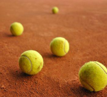 Como escolher a bola de tênis correta para cada tipo de quadra de tênis sportlink
